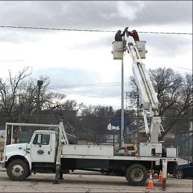 Lincoln city crews were high in the sky Wednesday, February 5 replacing the bulbs in the street lights on West Lincoln Avenue. All the lights downtown have been replaced with high-effi - ciency LED lights that will save the city in energy costs and will last longer. (Photo by Jyll Phillips)